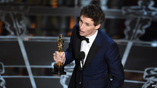 """Британският актьор Еди Редмейн получи заслужен """"Оскар"""" още от първи опит – за ролята си като прикования към инвалидна количка световен учен Стивън Хокинг в """"Теорията на всичко""""."""