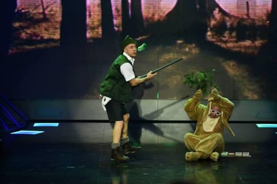 Бившият тв водещ Николай Георгиев (вляво) е един от най-старателните участници в циркаджийското шоу.