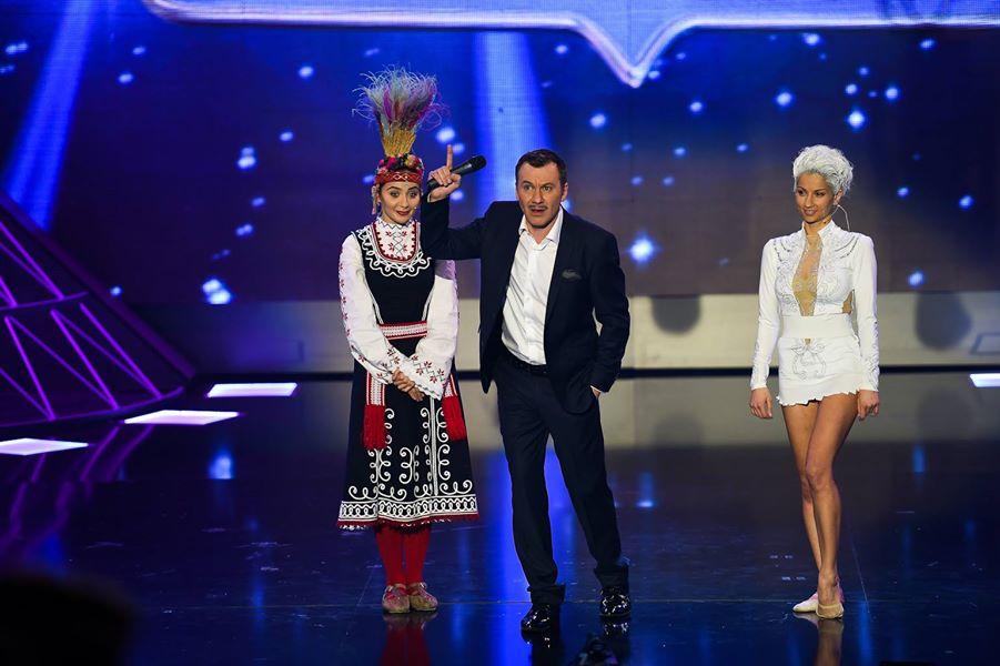 Водещият Гъмов между актрисата Елен Колева и бившата гимнастичка, а после и тв водеща Симона Пейчева.