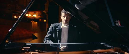 """Григор Димитров е толкова отдаден на участието си в рекламата за новата мрежа на """"Теленор"""", колкото не е бил на корта през цялата 2015-а досега."""