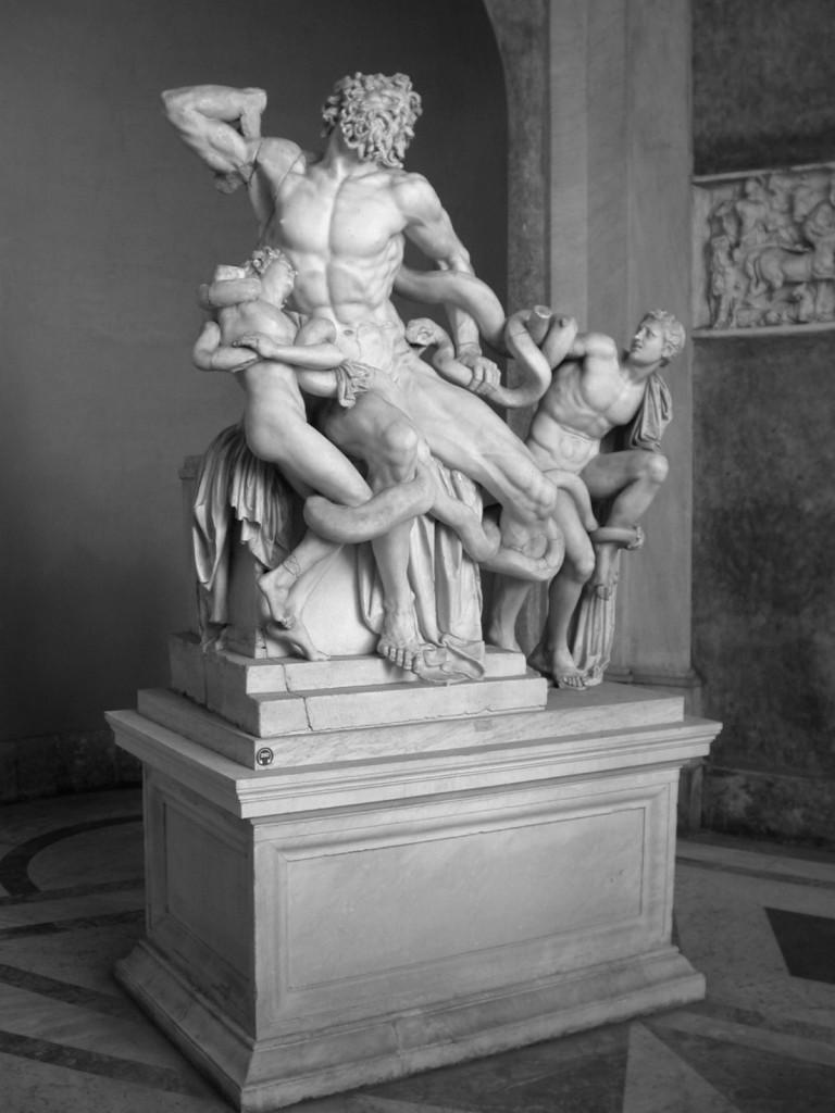 Лаокоон се страхувал от гърците дори когато носят подаръци. Предупреждението му обаче не било чуто и Троя била превзета. Смъртта на жреца е увековечена в тази 2.42-метрова статуя, изработена от най-великите скулптори на остров Родос – Агесандър, Полидор и Атенодор. Тя е направена от един единствен мраморен камък някъде около 175-150 г. пр.Хр.