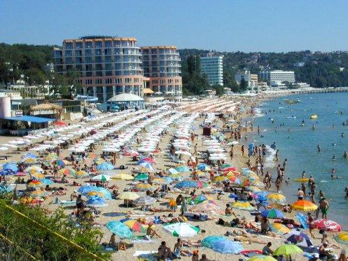 Въпреки воплите за криза в туризма, плажовете по нашето черноморие и това лято са претъпкани. Въпросът е кога българският бизнес ще се научи да извлича действителна полза от това.