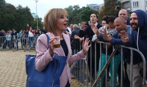 Лятото на 2013-а. Червената депутатка единствена не се побоя да говори с протестиращите пред парламента.