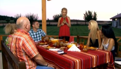 """Родителска среща: блондинка ухажва """"свекъра и свекървата""""."""