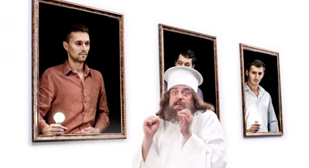 Краси Радков като отец Нафърфорий в новата забавна реклама на енергоспестяващи крушки.
