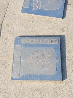 """Грешка за спомен: На една от площадните плочки с различни градове около """"епицентъра Варна"""" името на Ватикана е с една липсваща буква."""