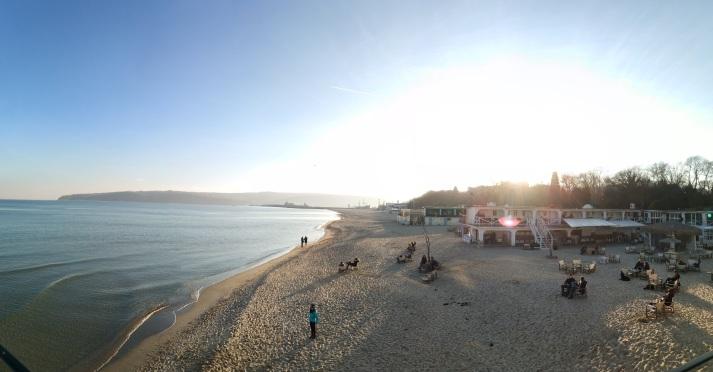 Всеки слънчев ден през зимата е повод за много варненци да разпуснат на плажа.