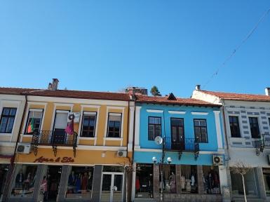 Тук сградите са много стари, а почти от всяка се вее националният трибагреник.