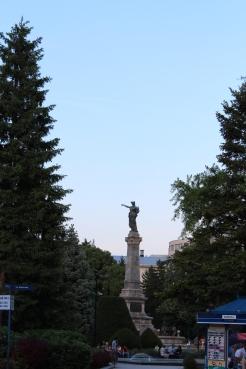 Паметникът на Свободата, дело на Арнолдо Цоки, е в градината срещу театъра и е другият символ на Русе. Открит е през август 1909-а.