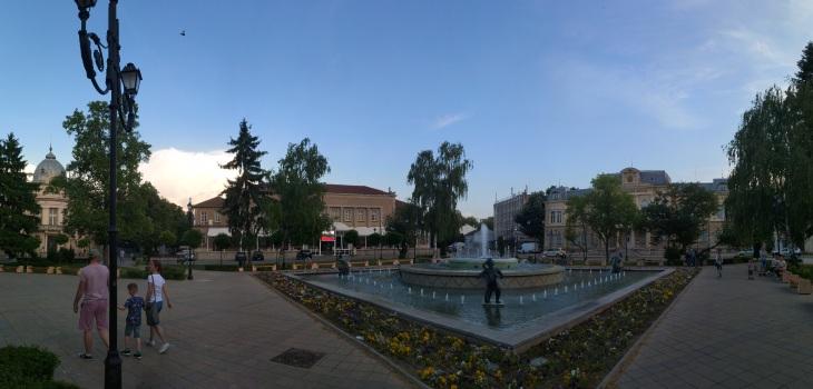 За вссеки друг град това би бил централен площад и обект на голяма гордост. В Русе просто е един от площадите.
