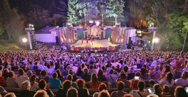 """Летният театър в Сандански беше пълен за """"Пирин фолк"""", но като цяло българинът предпочита общината да плаща за музикалната програма, а той да харчи предимно за ядене и пиене."""