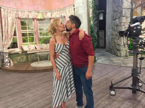 """Гала се целува с мъжа си Стефан, с когото водеха заедно част от предаването, в студиото на """"На кафе"""". От новия сезон съпружеската двойка няма да заема предиобедния ефир на Нова телевизия. Стефан влиза във VIP Brother, а нейната роля ще се минимизира."""