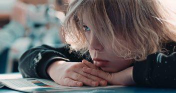 Малкият Патрик Шон Хесън също впечатлява с актьорска игра.