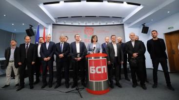 Корнелия Нинова побърза да се снима с четиримата си победители в областни градове, но това няма да донесе на партията й очакваните позитиви на национално ниво.