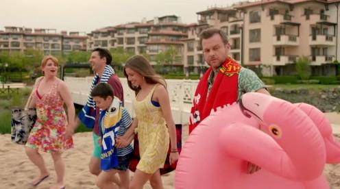 """""""Ол Инклузив"""" е непретенциозна ситуационна комедия със скечове-клишета и преиграване, но хуморът и атмосферата връщат спомена за класиките на старото българско кино."""