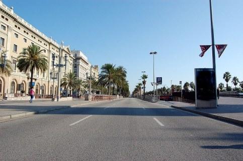 Жителите на Барселона сигурно също се изкушават да се разхождат в хубавото време, но улиците на каталунската столица са празни.