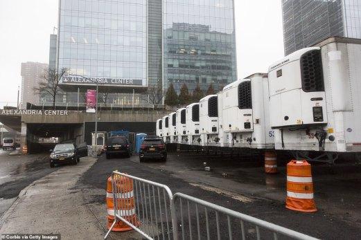 В Манхатън – центъра на най-богатия световен град Ню Йорк – болниците прибягнаха до хладилни камиони, за да складират труповете на умрелите от заразата.