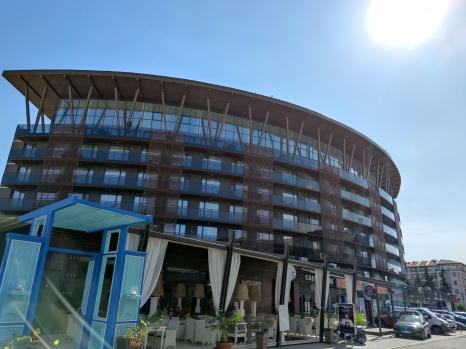"""Една от архитектурните гордости на Слънчев бряг – петзвездният """"Галеон"""", това лято е затворен, а заведенията под него работят без почти никаква клиентела."""