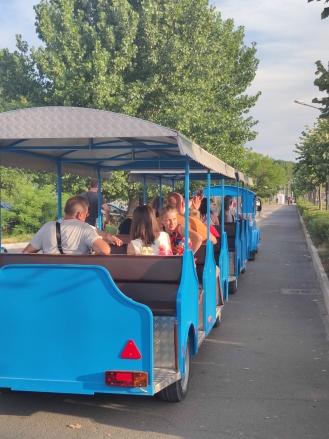 За влакчетата винаги се намират пътници. Във вагоните им се чува предимно румънска реч.